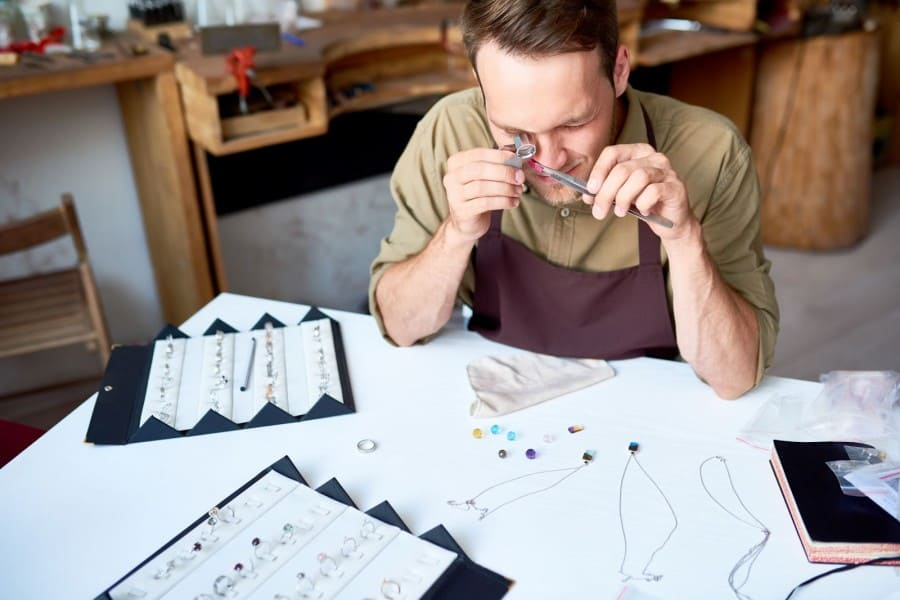 what does a jewelry buyer do